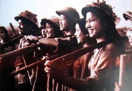 Nụ cười ra quân thông đường thông cầu đội TNXP 69, Cầu Cấm năm 1966 (ảnh tư liệu).